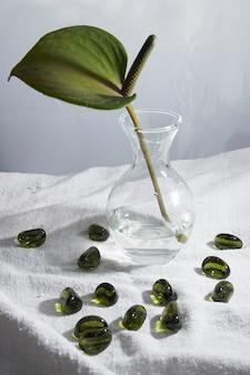 Natura morta semplice e bella con fiore di spathiphyllum e pietre trasparenti