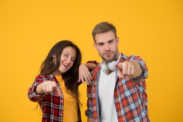 Abiti casual semplici. coppia sentirsi a proprio agio. concetto di musica country. stile country. la donna e l'uomo indossano una camicia a scacchi. rustico e di campagna. persone sexy. moda giovanile. vestito alla moda.