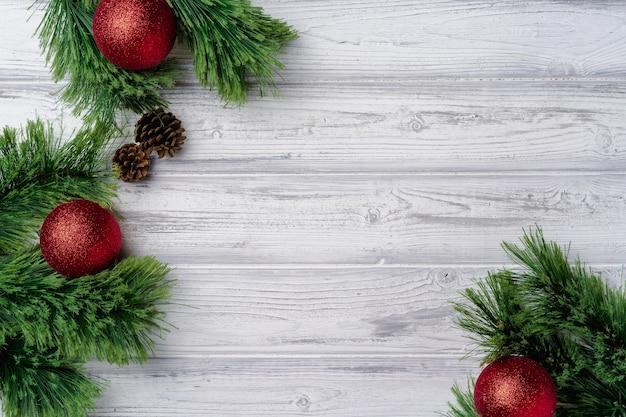 Semplice sfondo festivo di natale sulla tavola di legno con copia spazio