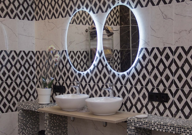 Bagno pubblico semplice ma pulito, fila di lavandini e specchi, inquadratura mobile sbiadita dai colori sbiaditi