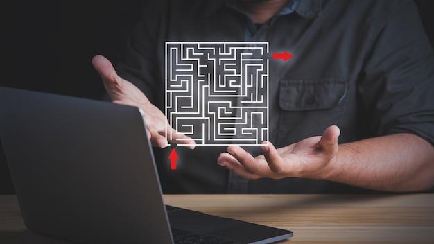 Concetto di soluzione semplice facile veloce. uomo d'affari che pensa all'uscita dal labirinto complesso.