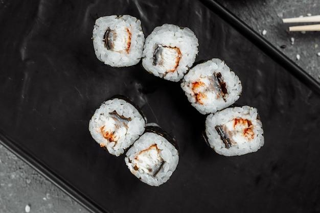 Maki semplice con tonno. sushi su uno sfondo grigio.