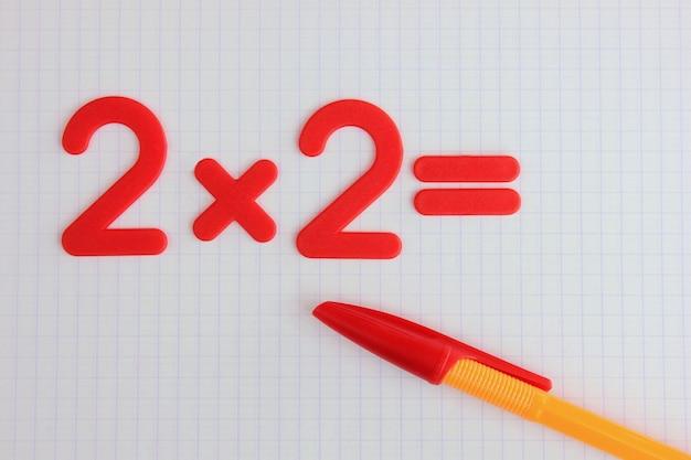 Un semplice esempio matematico in un quaderno di scuola pulito