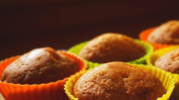 Mini muffin semplici in stampini di silicone colorati. spazio libero. messa a fuoco selettiva. avvicinamento
