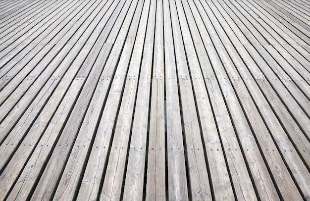 Una semplice strada in legno per la circolazione di pedoni e persone, stilizzata nel vecchio paese