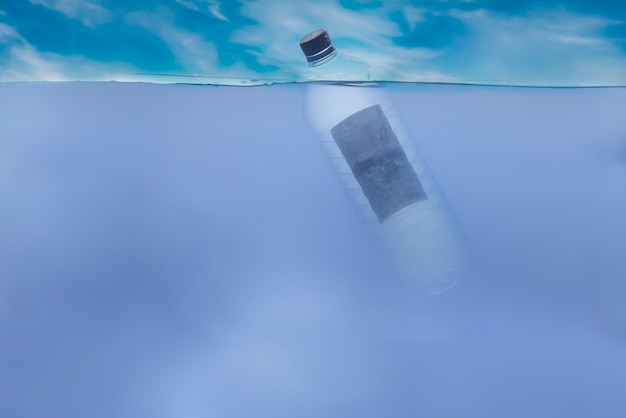 La semplice bottiglia di plastica singola nell'acqua dell'oceano sott'acqua, problemi ambientali e inquinamento