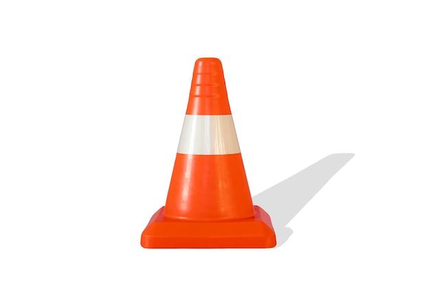 Un semplice cono stradale isolato, costruzione di sicurezza astratta sull'autostrada stradale