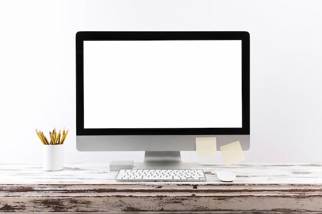 Semplice spazio di lavoro con schermo del computer vuoto