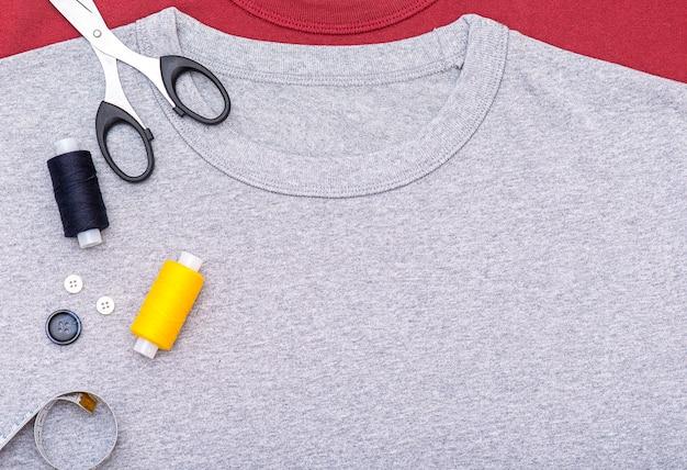 Semplicemente composizione con bottoni, metro a nastro, forbici, rocchetto di filo