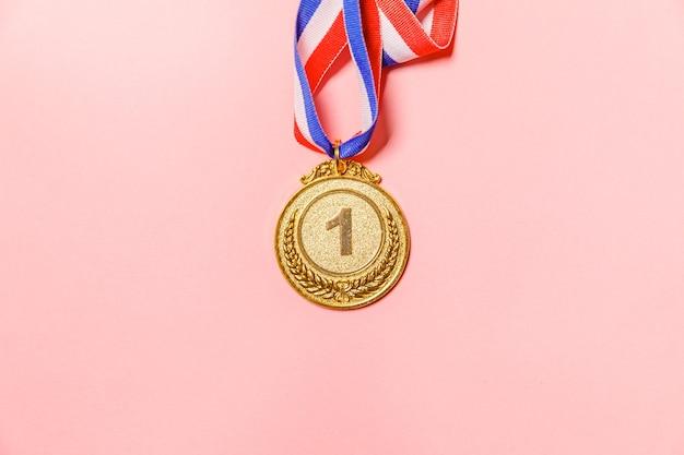 Vincitore del design semplicemente piatto o medaglia del trofeo d'oro campione isolato su sfondo colorato rosa vic ...