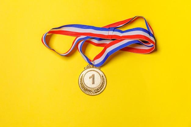 Vincitore del design semplicemente piatto o medaglia del trofeo d'oro campione isolata
