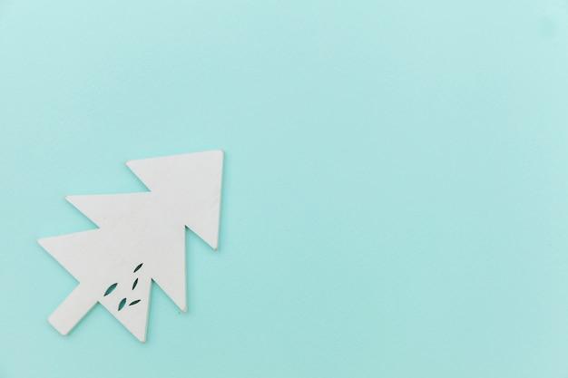 Semplicemente composizione minima inverno oggetto ornamento abete isolato su sfondo blu