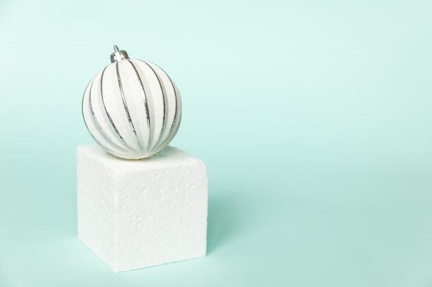 Composizione semplicemente minima inverno oggetti ornamento e cubo podio isolato sfondo pastello blu