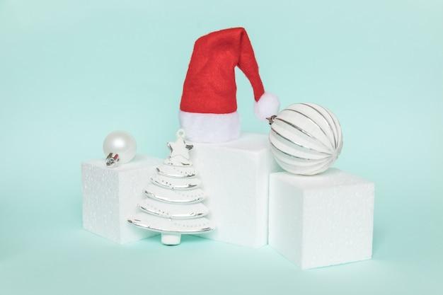 Composizione semplicemente minimale oggetti invernali ornamento e forme cubiche forma geometrica podio isolato bl...