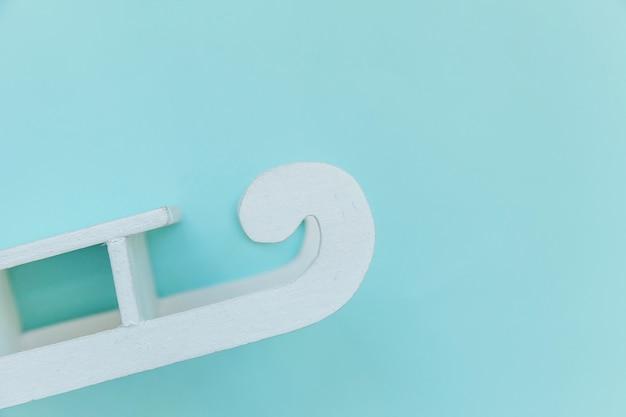Semplicemente minimal design composizione bianca slitta isolata su sfondo blu