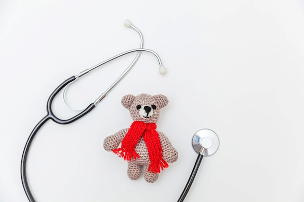 Semplicemente minimal design orso giocattolo e attrezzature mediche stetoscopio isolato su sfondo bianco