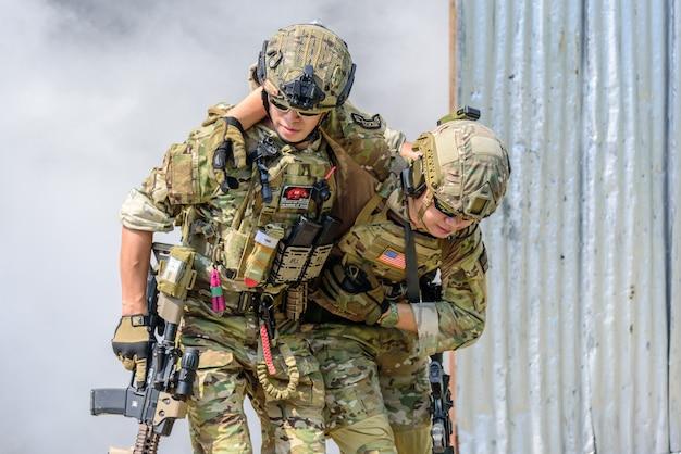 Simulazione del piano di battaglia. i militari devono assicurare i soldati feriti in un posto sicuro.