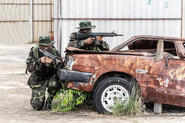 Simulazione del piano di battaglia. i militari hanno attaccato i terroristi durante la guerra.