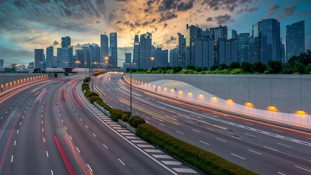 Traffico stradale della città di singapore con movimento della luce dell'automobile