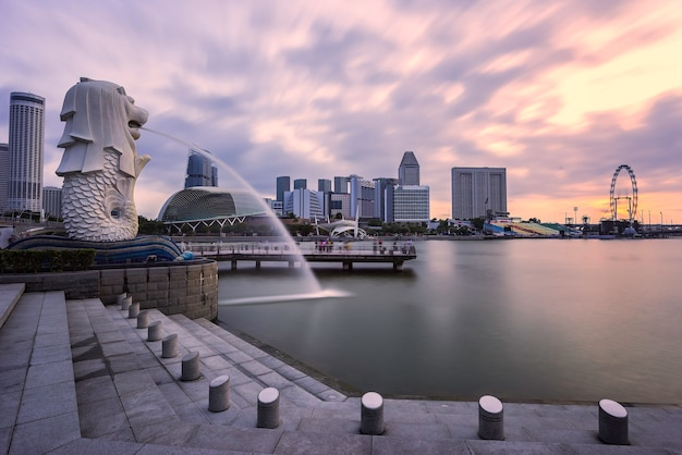 Singapore - 11 gennaio 2018: la fontana merlion e le sabbie della baia del porto turistico sono famose come punto di riferimento all'alba