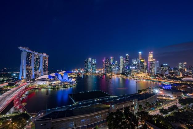 Skyscrapes di singapore di notte
