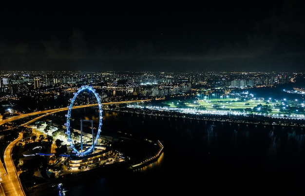 Ruota panoramica di singapore nella notte