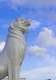 La scultura singha sta da sola sul cielo blu