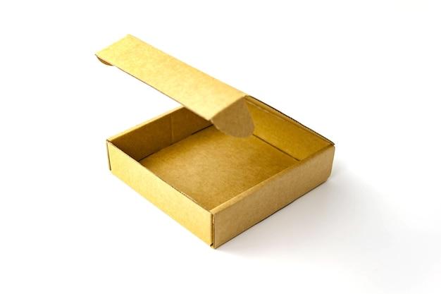Scatola di cartone di carta kraft piatta di colore marrone singolo isolato su bianco. vista ravvicinata. messa a fuoco morbida selettiva. copia del testo spazio. imballaggio, trasporto, concetto in movimento