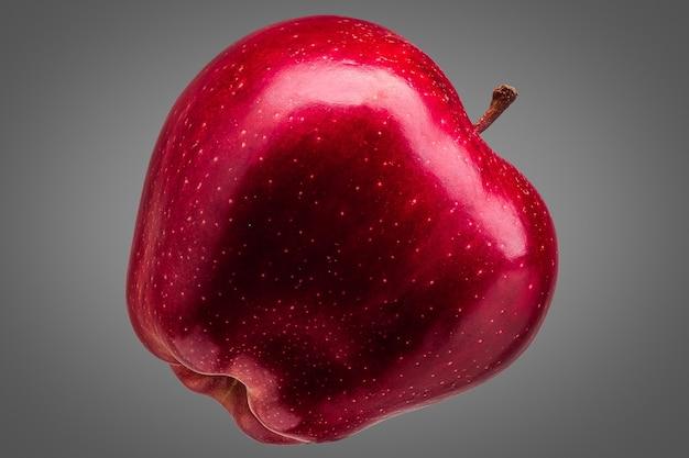 Singola mela rossa deliziosa isolata su sfondo grigio con tracciato di ritaglio e riflessi lucidi