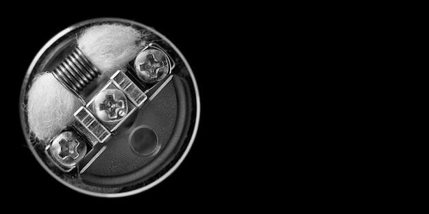 Singola micro bobina in atomizzatore gocciolante ricostruibile isolato su sfondo nero vape gear vaping