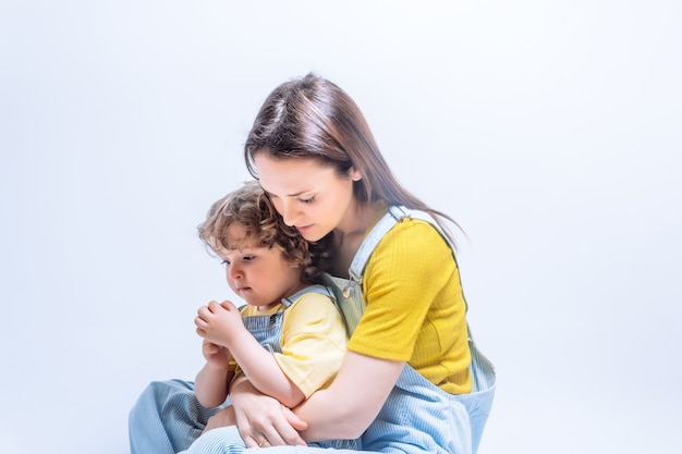 Genitore single giovane madre adulta che abbraccia suo figlio di tre anni. concetto di famiglia monoparentale. madre single. amore figlio