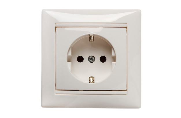 Presa elettrica domestica monofase con contatto di messa a terra in una cornice decorativa isolata su bianco
