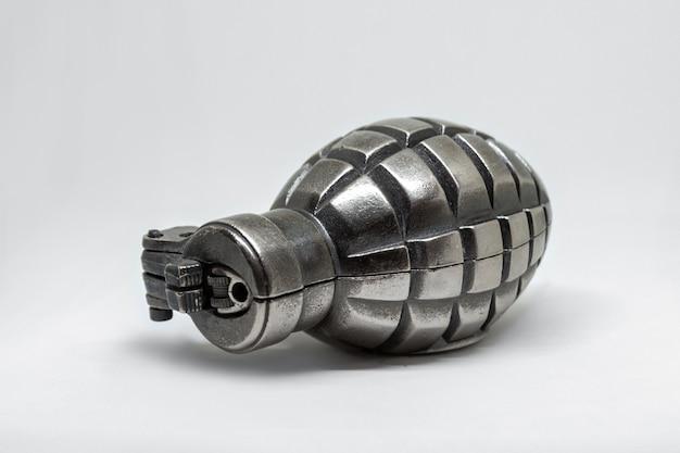 Singola granata d'argento del metallo isolata