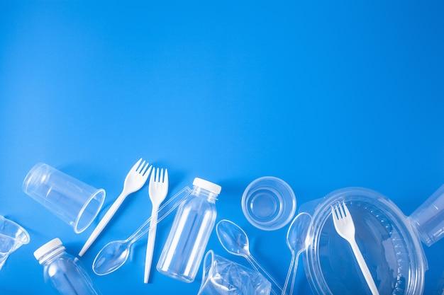 Bottiglie, bicchieri, forchette, cucchiai di plastica monouso. concetto di riciclaggio della plastica, rifiuti di plastica