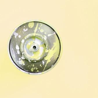 La bomboletta spray monouso per disegnare graffiti si trova su un backgroung colorato pastello