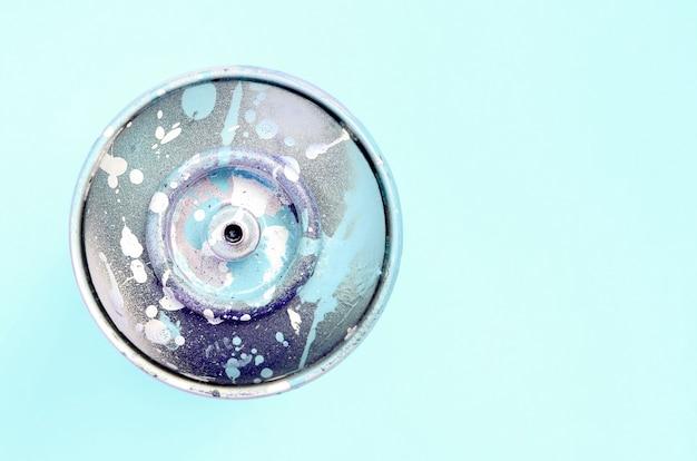 La bomboletta spray monouso per il disegno dei graffiti giace su un colore pastello. concetto di pittura di arte di strada. minimo disteso. vista dall'alto