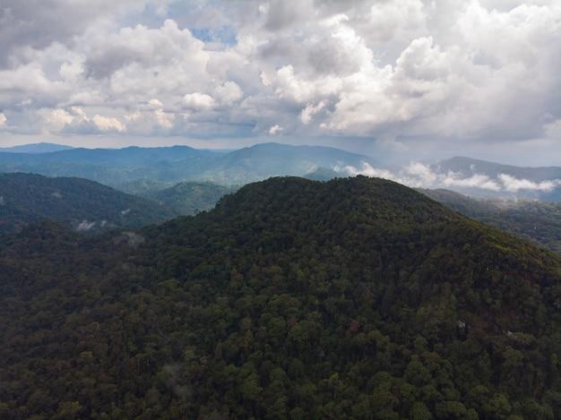 Riserva naturale della foresta pluviale di sinharaja sri lanka vista aerea al tramonto montagne giungla antica foresta