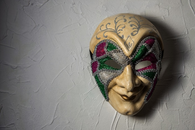 Maschera joker sinistra n muro bianco