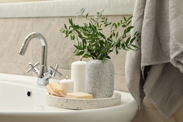Lavandino e accessori per l'igiene personale in bagno