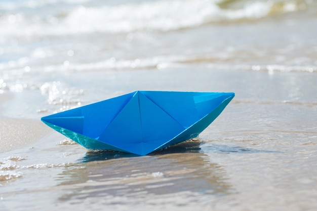 Barca di carta che affonda