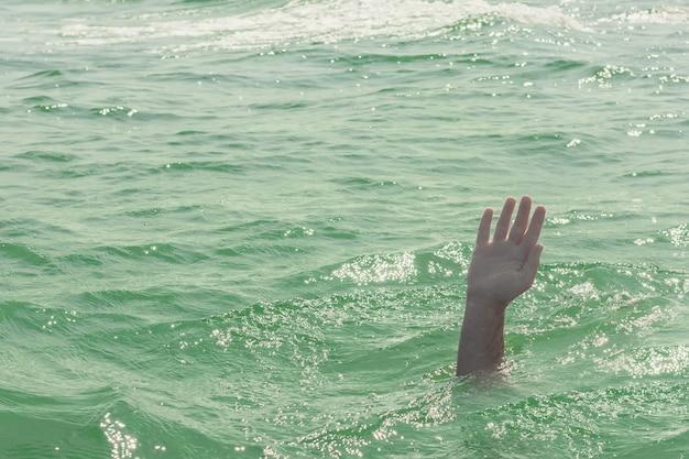 Una persona che affonda, la salvezza di un uomo che annega
