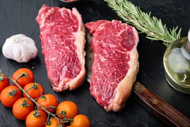 Bistecca di controfiletto, tagliata di carne di manzo cruda, su nero