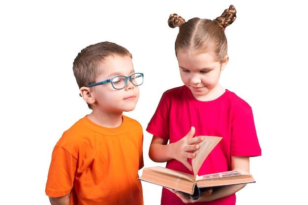 Una sorella insegna a un fratello a leggere un vecchio libro, ma a un fratello non interessa. isolato su uno sfondo bianco. per qualsiasi scopo.