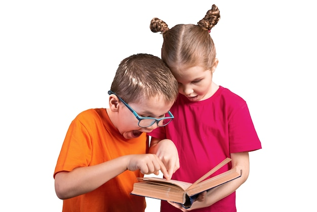 La sorella insegna al fratello a leggere un vecchio libro. isolato su sfondo bianco. per qualsiasi scopo.