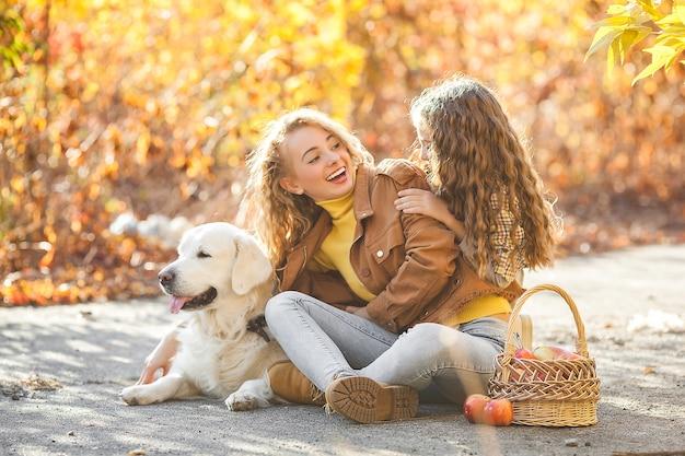 Sorelle e cane nel parco