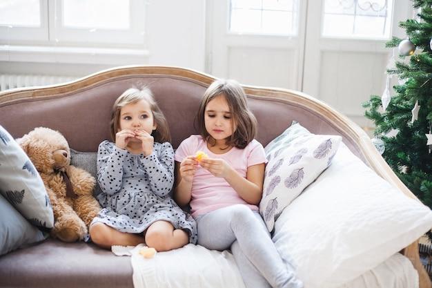 Sorelle che si siedono sul divano