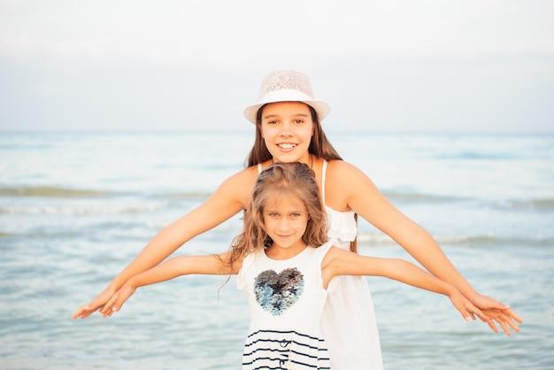 Sorelle insieme sulla spiaggia
