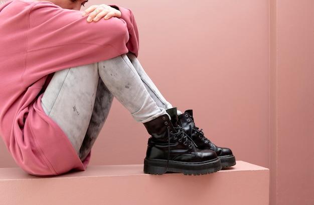 Donna seduta con stivali da combattimento