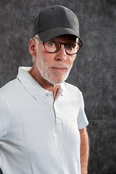 Uomo di sessant'anni che indossa un berretto da baseball