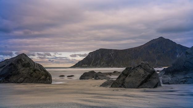 Paesaggio della spiaggia di skagsanden a lofoten, norvegia